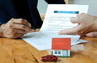 The broker recommends buyers sign the insurance contract.