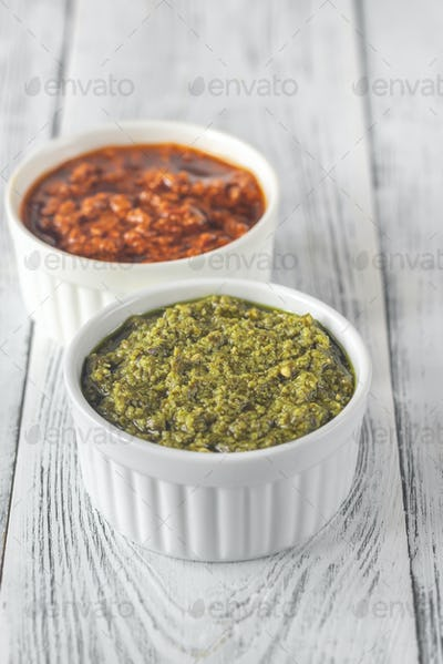 Bowls of classic and sun-dried tomato pesto