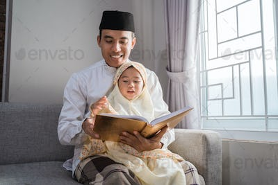 daddy teach her daughter to read quran