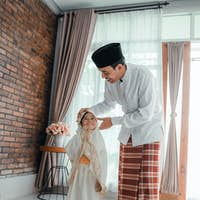 father teach her toddler to pray