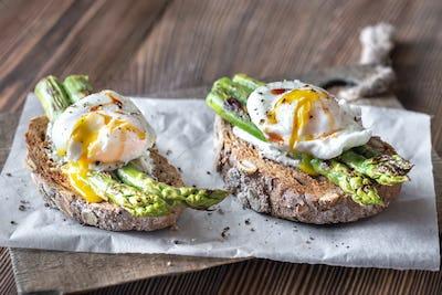 Sandwich with asparagus and egg