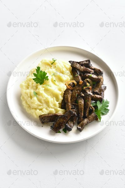 Mashed potatoes with roasted beef liver