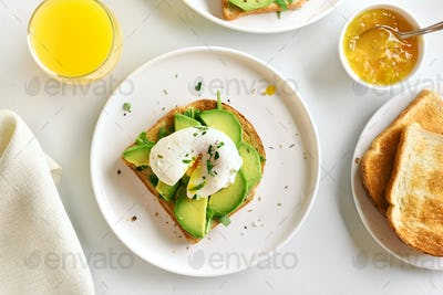 Poached eggs on toasted bread with vegetables