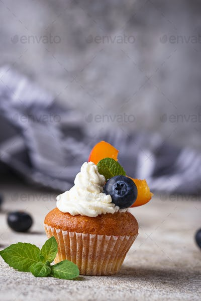 Cupcakes with cream and berries