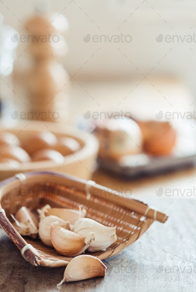Garlic cloves in the bamboo basket