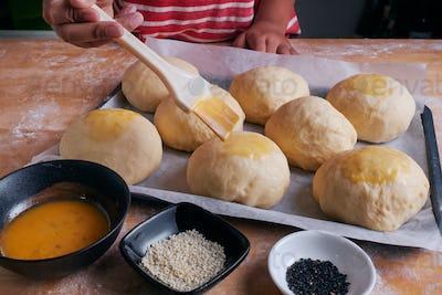 Apply the eggs on the dough of bun