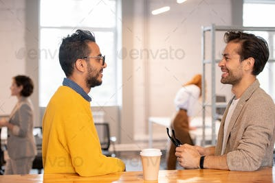 Modern men discussing online project