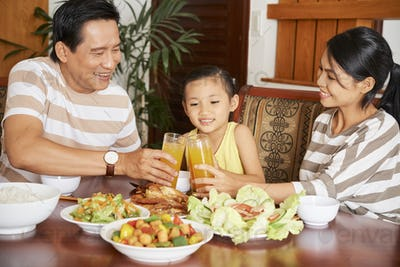 Family have dinner at home