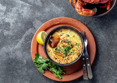 Baked crabmeat crab meat with cheese, cream and bread. Pastel o chip de jaiba