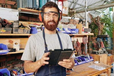 Carpenter with digital tablet
