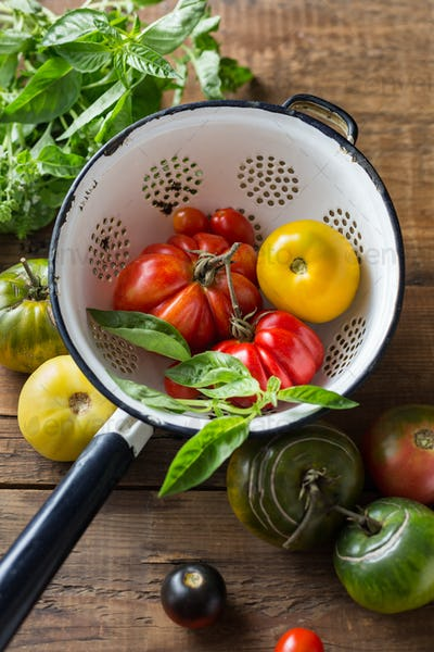 Ripe tomatoes of different varieties in