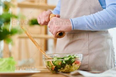 Seasoning Salad with Pepper