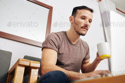 Man reading article online