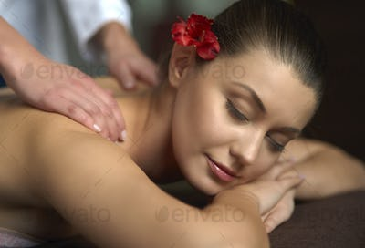 Very calming and relaxing shoulder massage