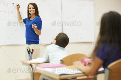 Teacher explaining students how to count