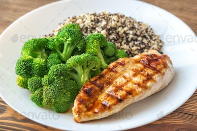 Grilled chicken with broccoli and quinoa