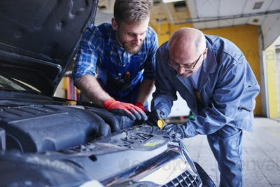 Cooperation of mechanics in cars workshop