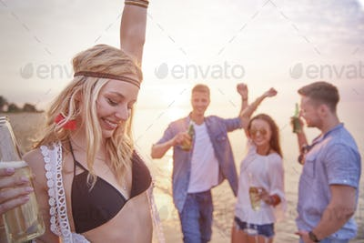 Dances on the beach with good friends