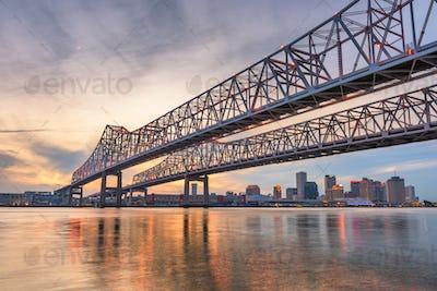 New Orleans, Louisiana, USA at Crescent City Connection Bridge o
