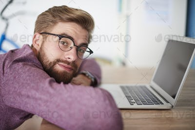 Man leaning on the desk in the office