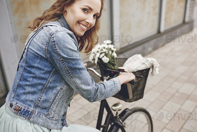 Portrait of smiling woman with the bike