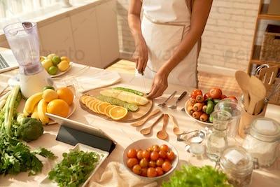 Blogger cutting fruits