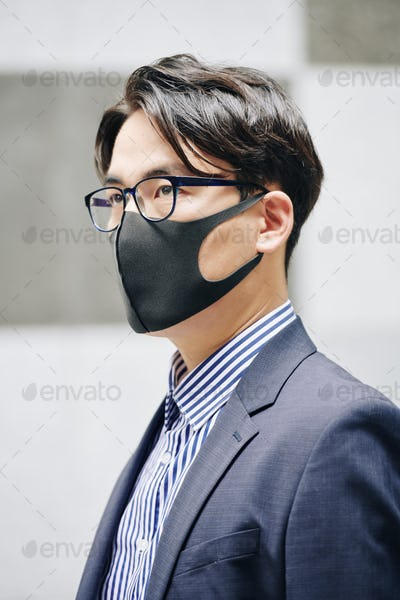 Citizen in protective mask