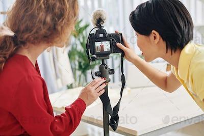 Bloggers making fashion haul video
