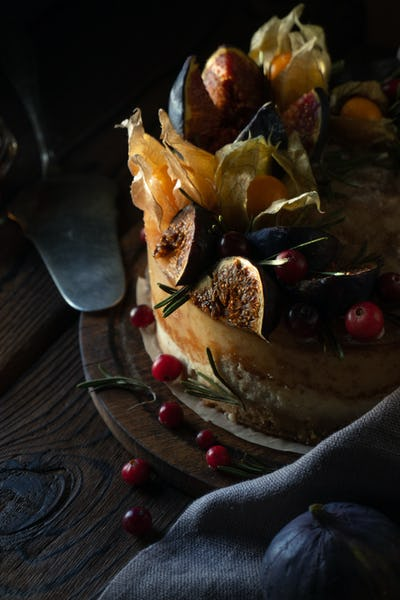 Cheesecake with physalis and dates and wild berries