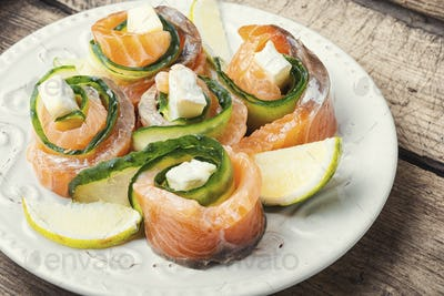 Rolls of salmon with cream cheese