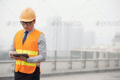 Foreman with digital tablet