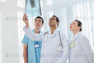 Doctors diagnosing case of coronavirus