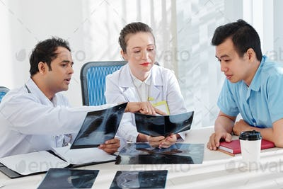 Doctors discussing chest x-rays