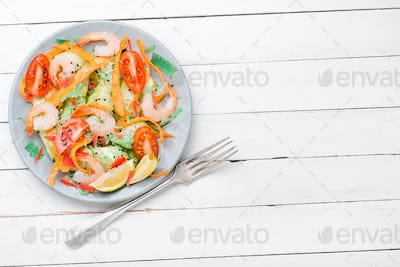 Salad with prawn and vegetables