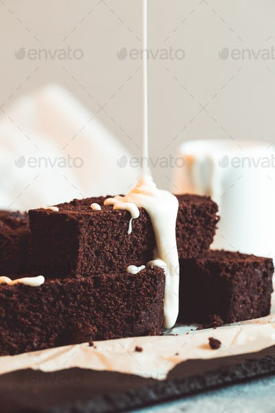 chocolate brownie with melted white chocolate fudge