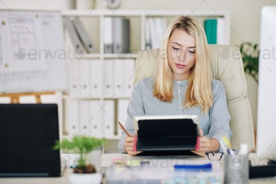 Businesswoman reading article online