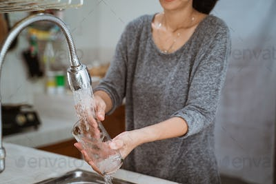 woman is washing dishes