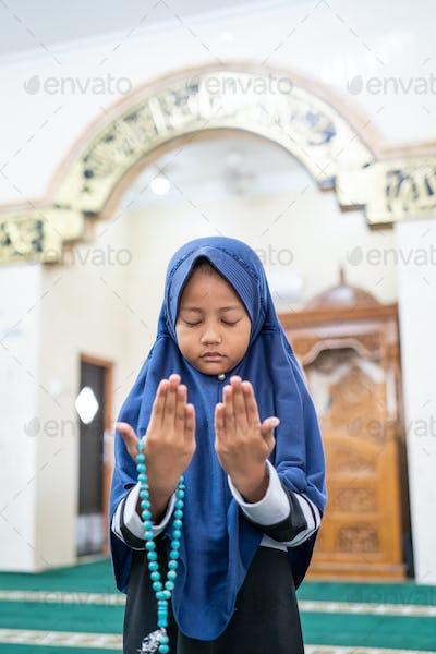 kid muslim praying to god