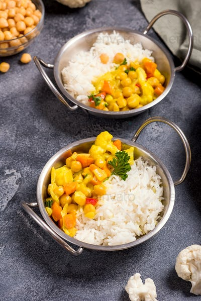 Vegan Curry with Cauliflower and Chickpeas