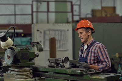 Manual worker using tablet pc in the plant