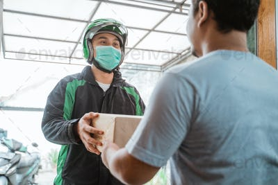 delivery courier wear face masks while delivering package