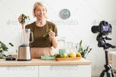 Food blogger making a content