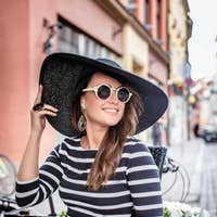 Casual smiling  lady in sunglasses.