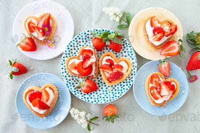 Little cakes with strawberry and cream