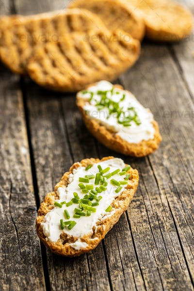 Crispbread with creamy cheese and green chive