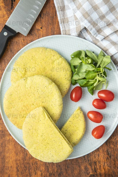 Indian pita bread with green salad and tomato.