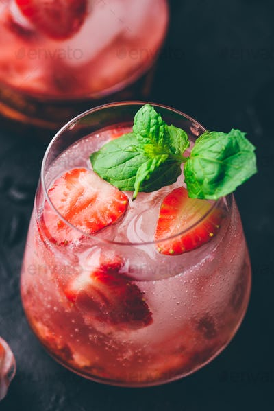 Strawberry cocktails with gin and tonic