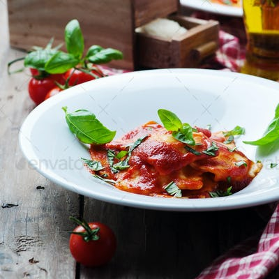cooked ravioli with tomato and basil