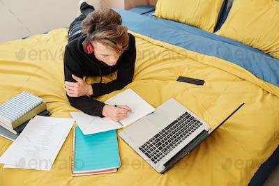 Teenager homeschooling during pandemic