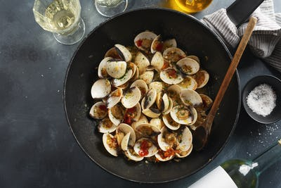 Freshmade clams alle vongole on pan